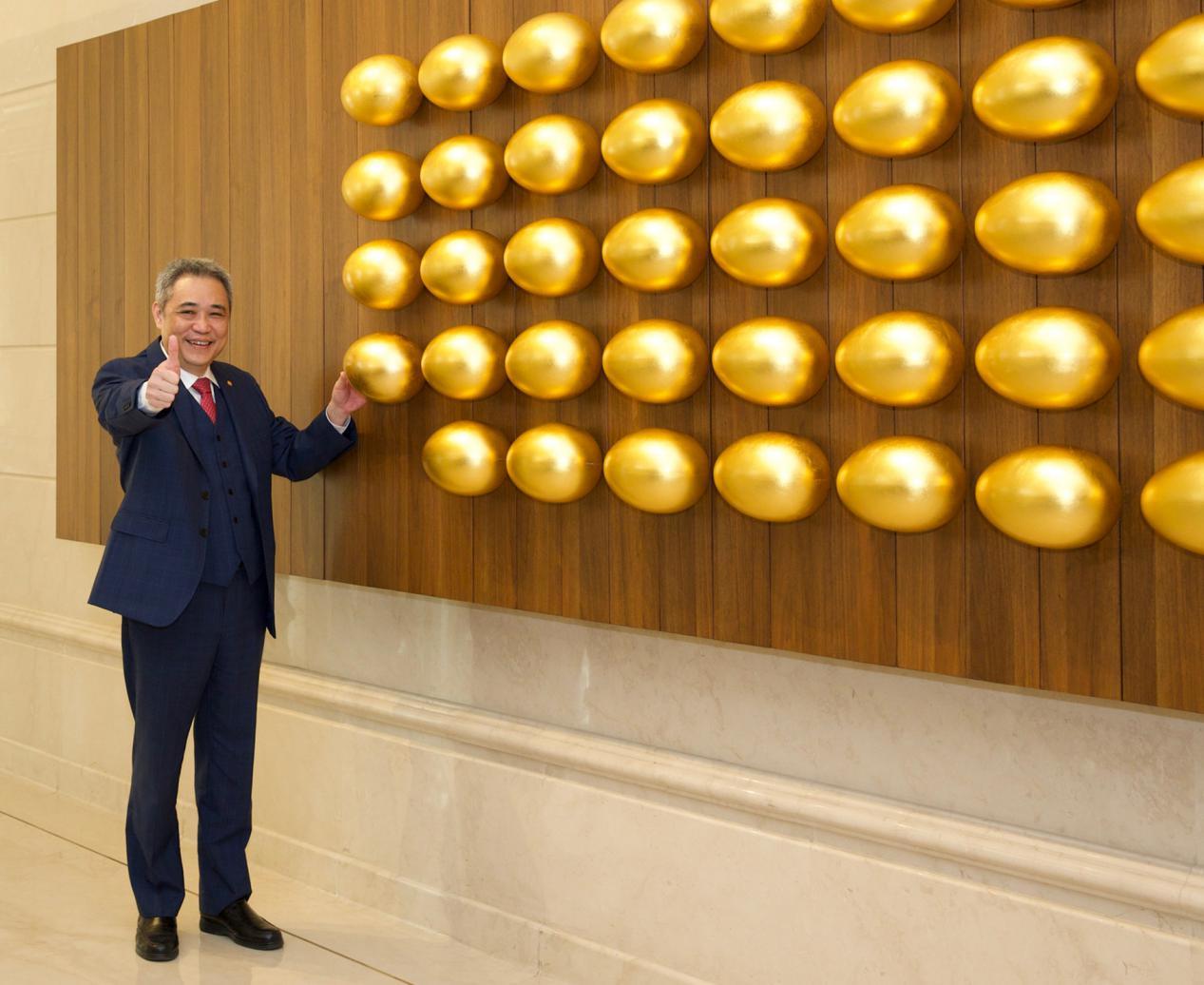 由周启正常董代表集团悬挂第54颗金蛋