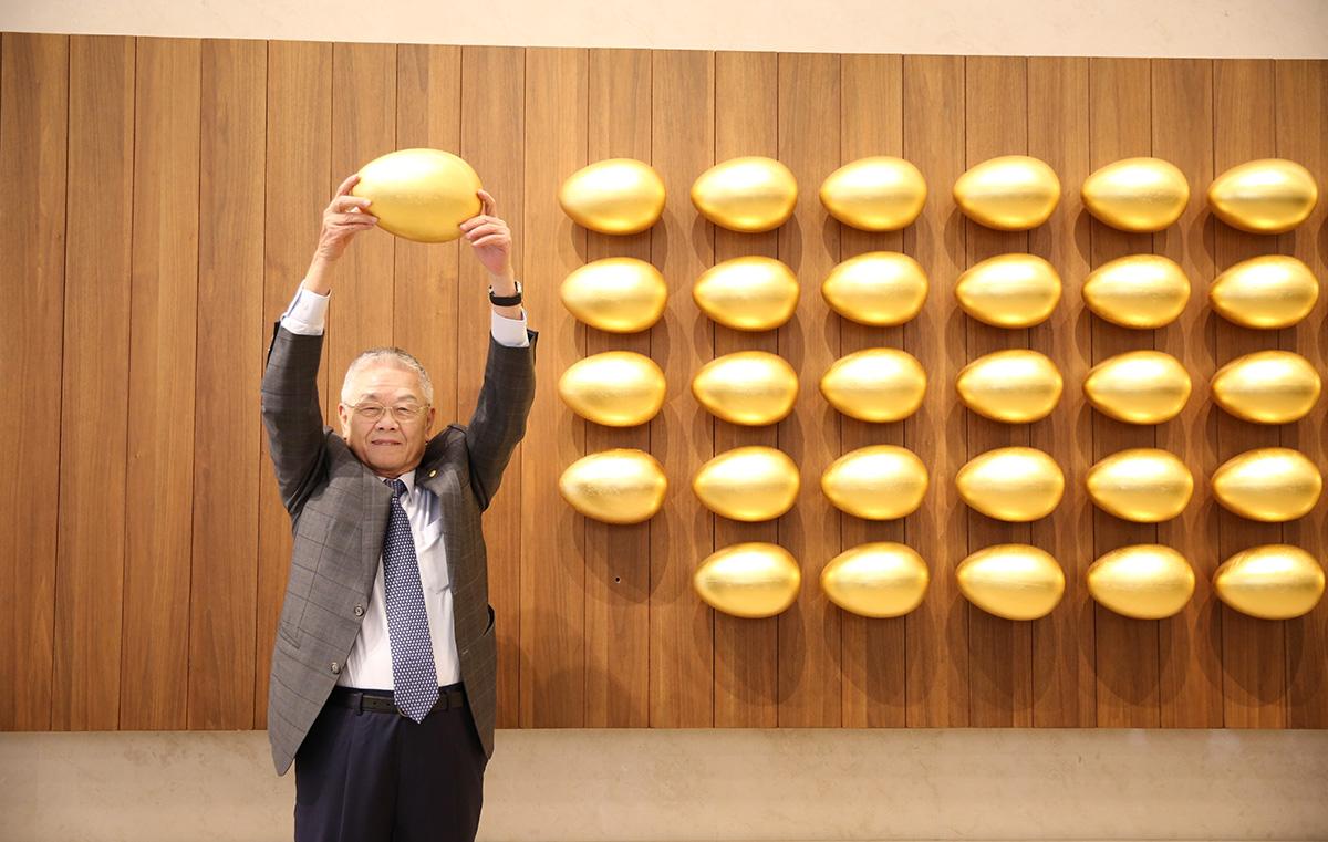 震旦集团创办人陈永泰先生悬挂第55颗「金蛋」,象征震旦集团正式迈入第55年 寓意震旦生生不息的精神、追求永续经营