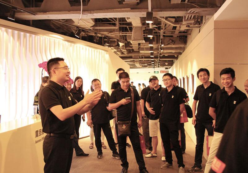 刘相年总经理向经销商讲解展厅
