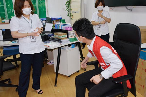 ▲家具同仁张文峰向工作人员演示椅子使用技巧