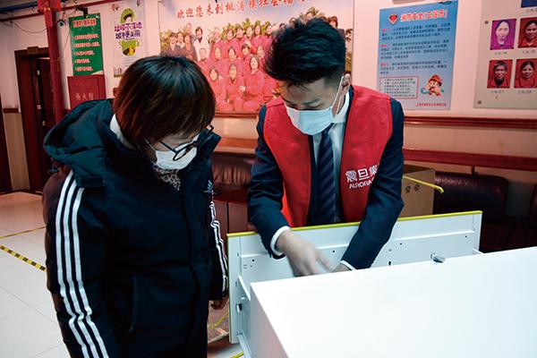 ▲震旦志愿者介绍钢柜使用方法