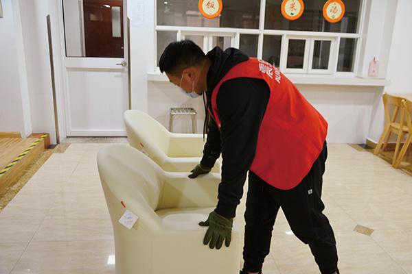 震旦志愿者搬运沙发