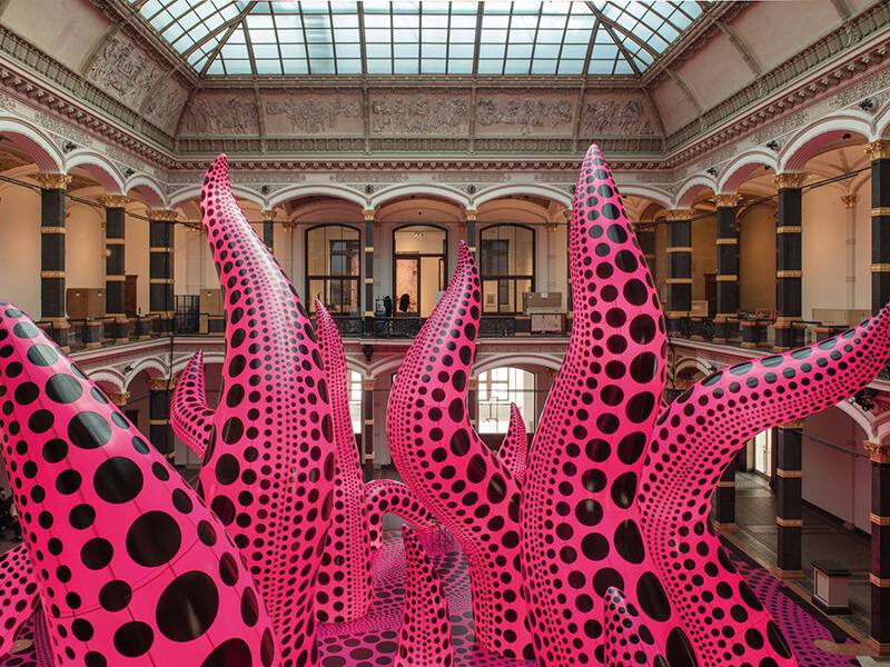 触手贯穿在葛罗彼斯展馆中庭,形成独特无比的风景。