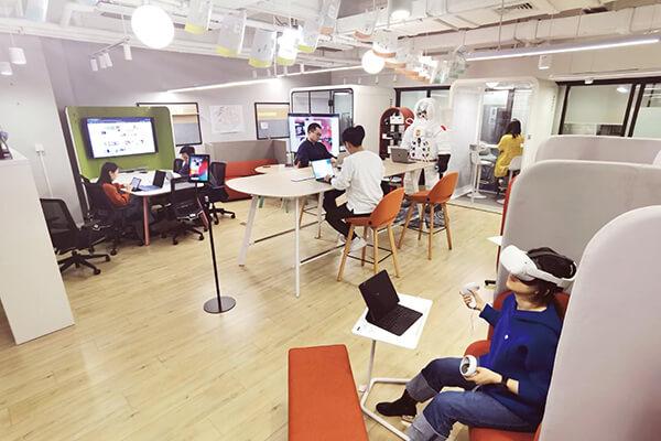 未来办公场景采混合办公模式,不设限形式,可激发同仁创意思考。