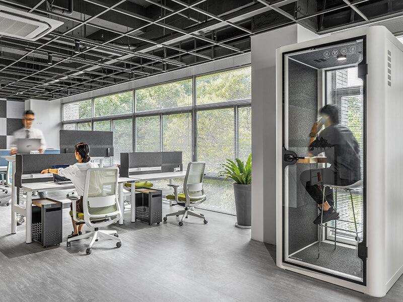 开放式办公空间搭配「静音舱」,满足同仁对安静、私密的需求。